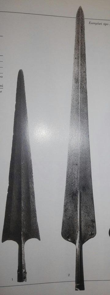 A sinistra, PARTIGIANA denominata anche SPIEDO ALLA BOLOGNESE e LINGUA DI BUE per la sua forma, altezza cm 78, periodo 1480-1500, collezione privata. A destra, PARTIGIANA denominata anche PARTIGIANONE